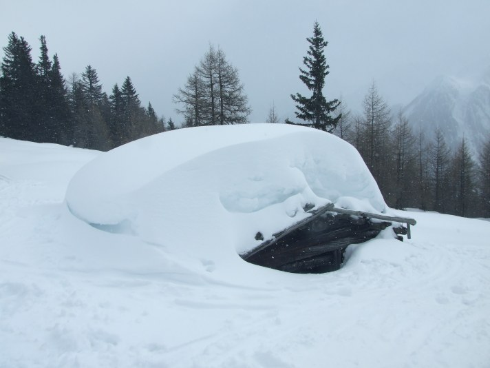 Hühnerspielhütten - tief unter dem Schnee