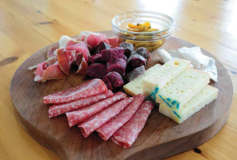 Brotzeit mit Fontina-Käse und Rote-Beete-Würstl im Refugio Arbolle