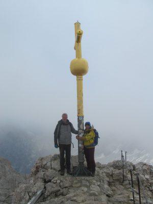 Harry und Tina am Gipfelkreuz der Zugspitze